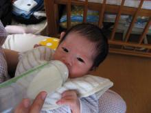 ミルクを飲む青衣