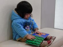 絵本を読む青衣