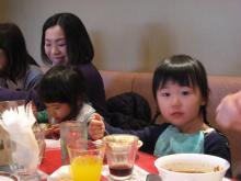 カレーを食べる青衣と茜理ちゃん