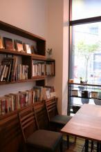テーブル席と古本