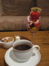 イチゴのパルフェとコーヒー
