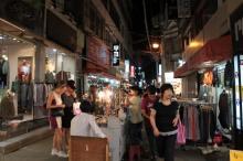 夜のファッションストリート