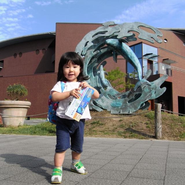 青衣。水族館の前で