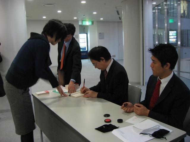 サインをする亀山先生