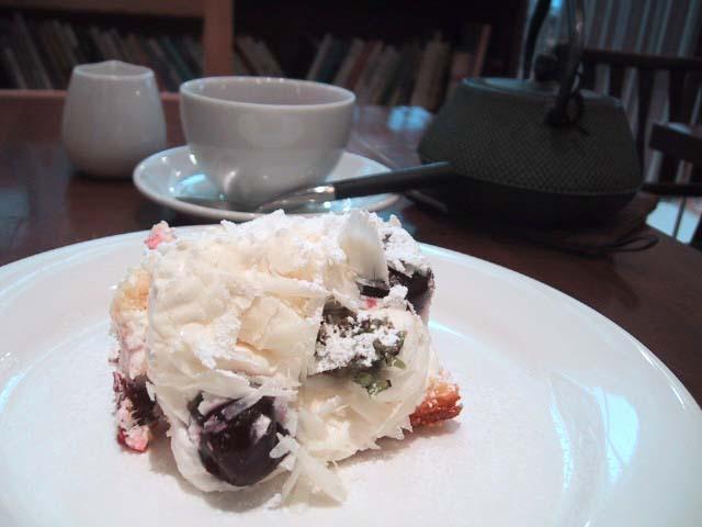 黒さくらんぼのホワイトショートケーキ